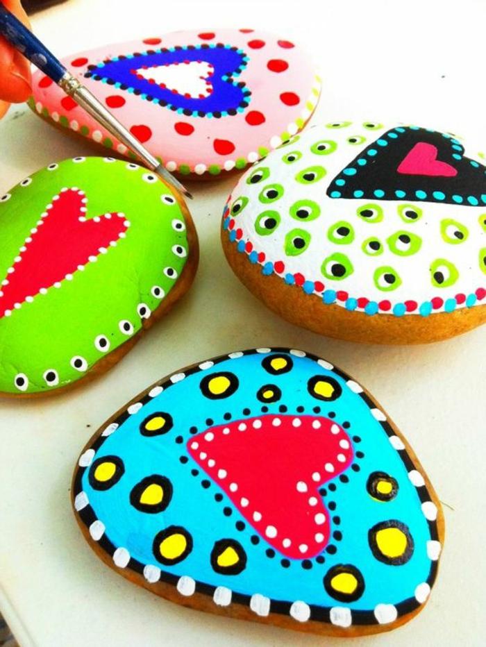 peinture sur galet, décorations avec pierres peints en couleurs intenses
