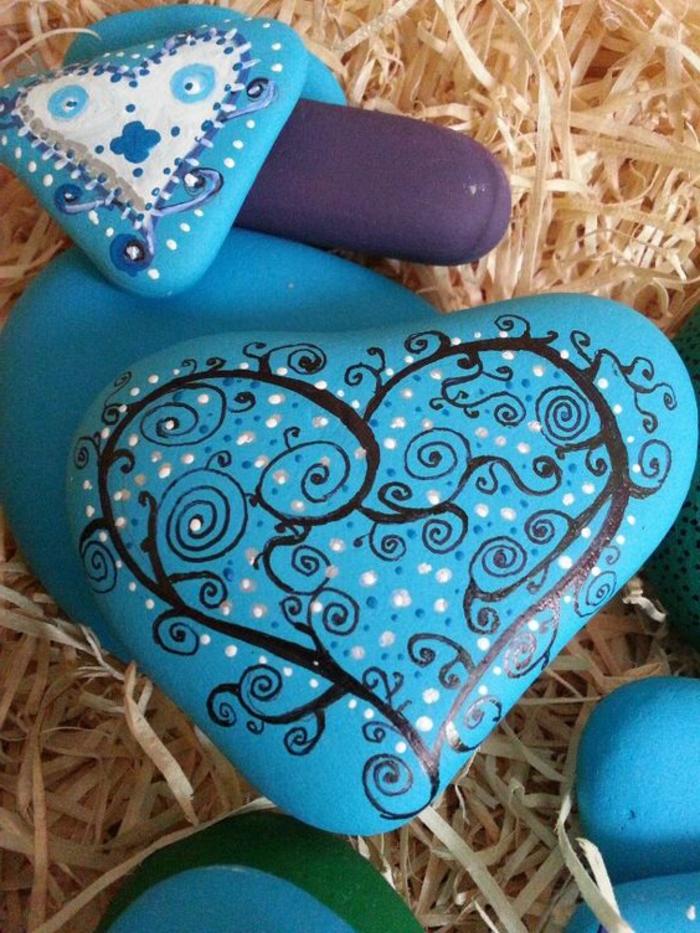 peinture sur galets, pierres transformées en coeurs