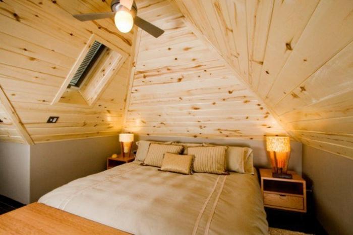 déo chambre sous pente, lambris, couverture de lit, coussins beige, table en bois, amenagement des combles, style rustique