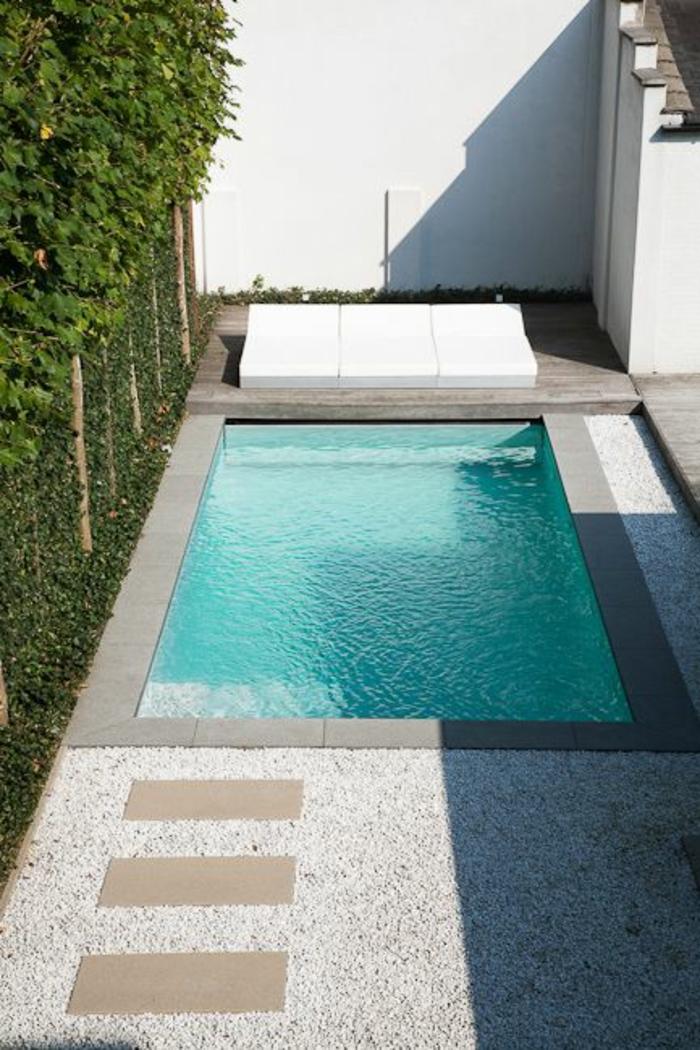 petite piscine au design simple et épuré, contour piscine en béton et gravier