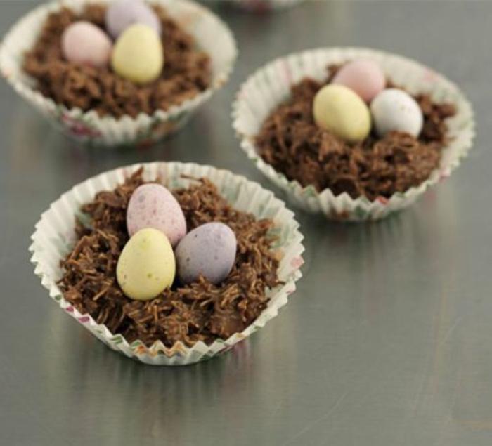 nid de paques, recette pour un petit nid dans une moule à muffins, décoration d'oeufs sucrés, idée de dessert de paques