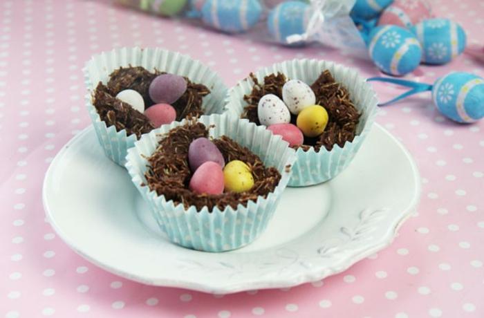 petits nids de paques dans des moules à muffins, mélange chocolat avec des oeufs sucrés dans le nids, recette dessert paques