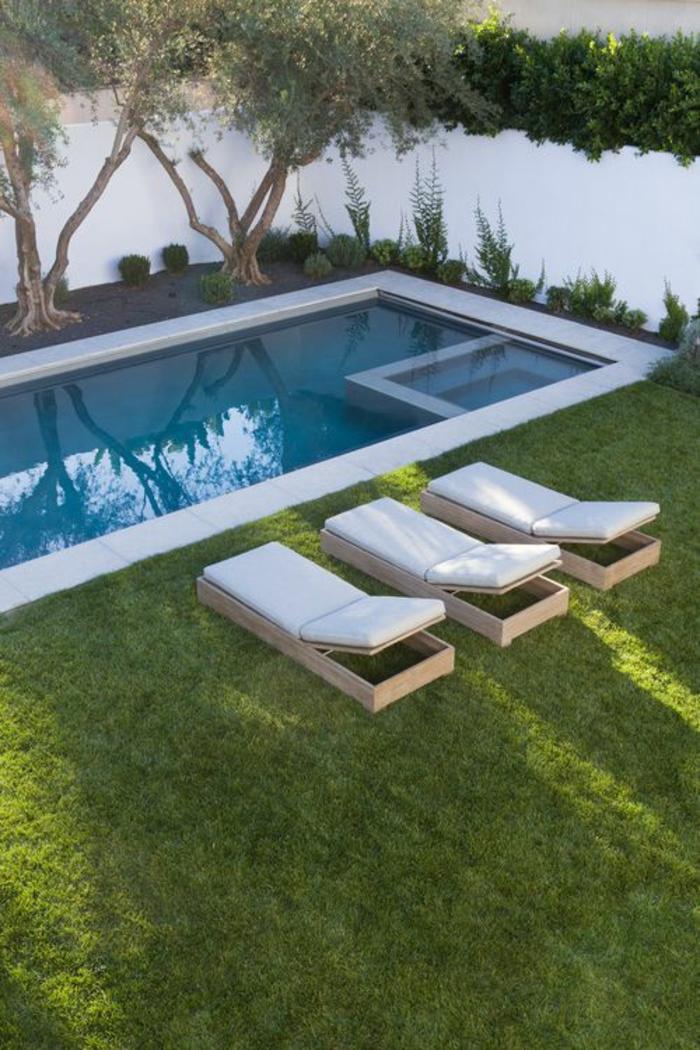 une piscine géométrique, un contour piscine en béton qui s'accorde avec le mur