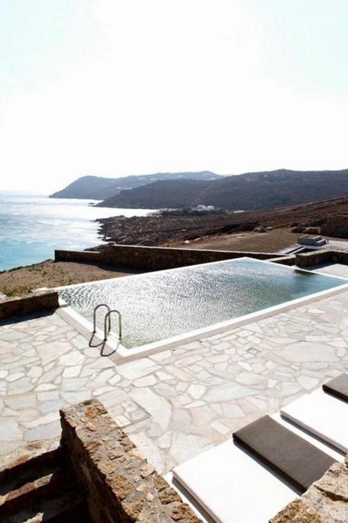 merveilleuse piscine qui bénéficie d'une vue panoramique, entourage piscine en pierre naturelle