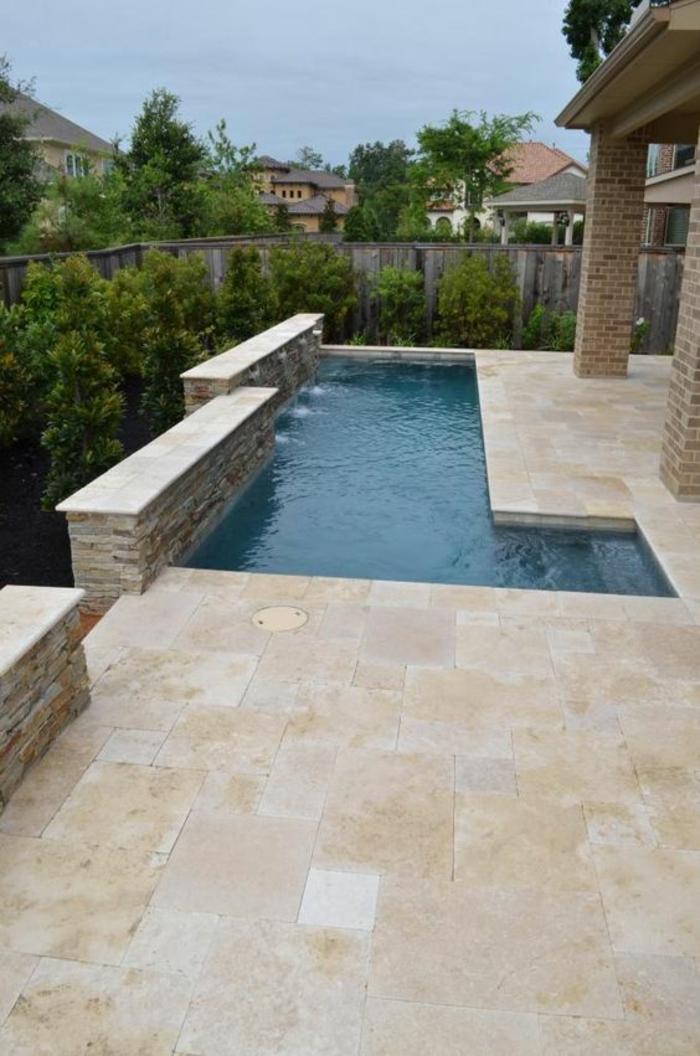 piscine géométrique aux lignes élégantes, entourage piscine en pierre