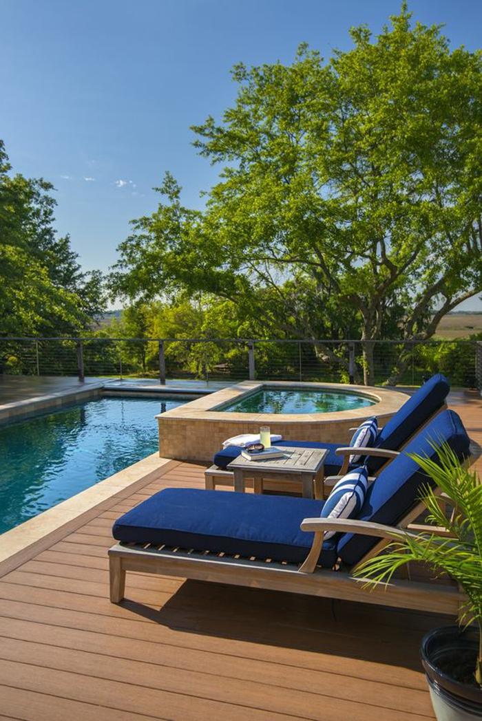piscine surélevée, matelas de transat bleus, plateforme de piscine en bois