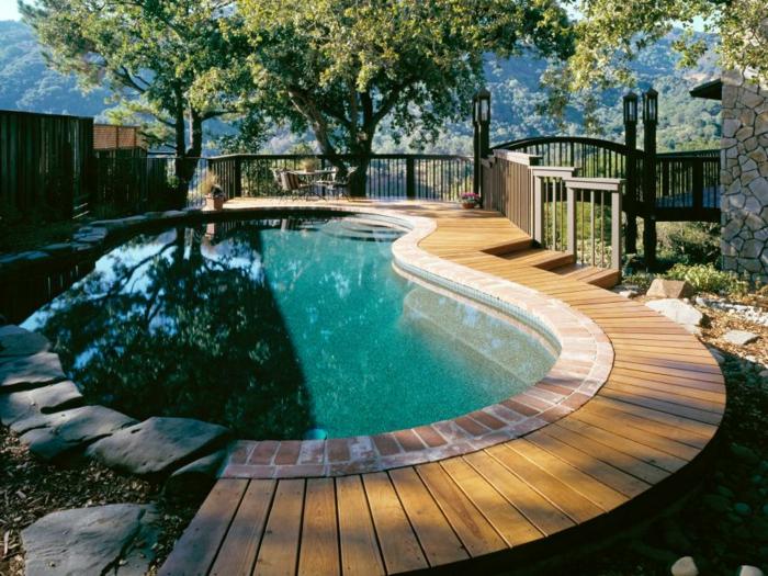 piscine hors sol bois, clôture en bois, lanterne de jardin, terrasse de piscine en bois
