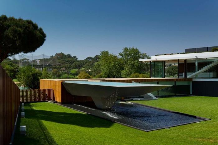 piscine surélevée, grand jardin, clôture en bois, cascade d'eau, plateforme en bois