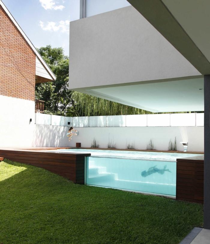 piscine hors sol profonde, terrasse de piscine en bois, gazon, piscine en verre