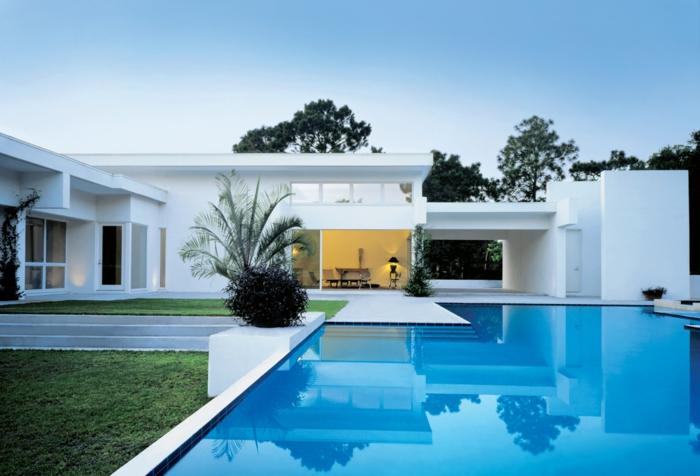 piscine surélevée, gazon ray grass, maison blanche, grande fenêtre