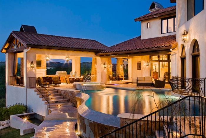 piscine surélevée, rampe d'escalier en fer forgé, piscine en pierre, lanternes d'extérieur