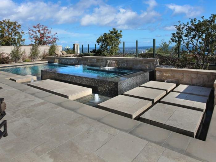 piscine hors sol rectangulaire, cascades d'eau, vue d'en haut, piscine en mosaïque noir