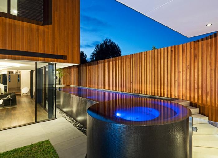 piscine hors sol, clôture en verre, maison en bois, gazon, grandes fenêtres