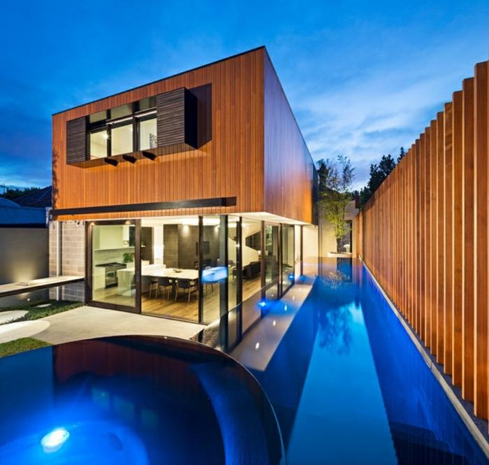 piscine hors sol, maison en bois, clôture en bois, éclairage de piscine en bleu