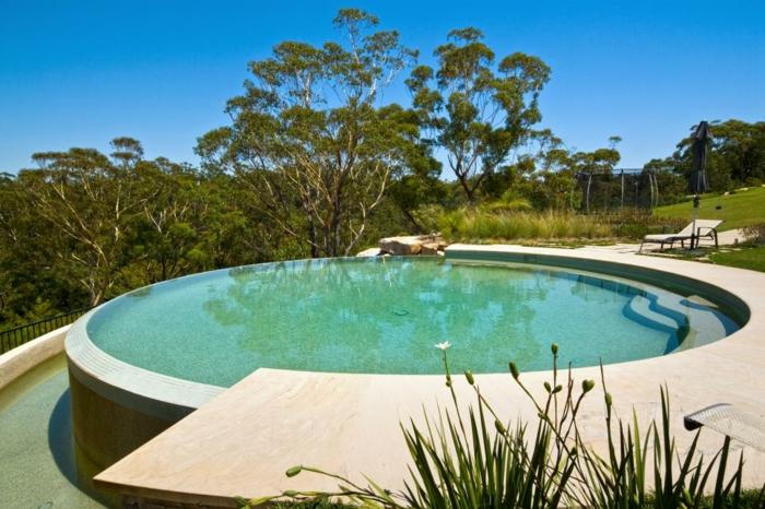 piscine hors sol ronde, transat, arbres verts, grand jardin, piscine extérieur