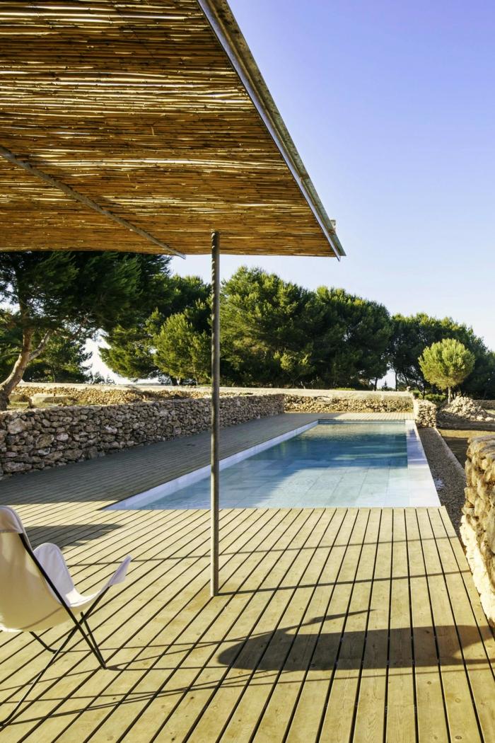 un couloir de nage élégant bordé d'un entourage piscine en bois
