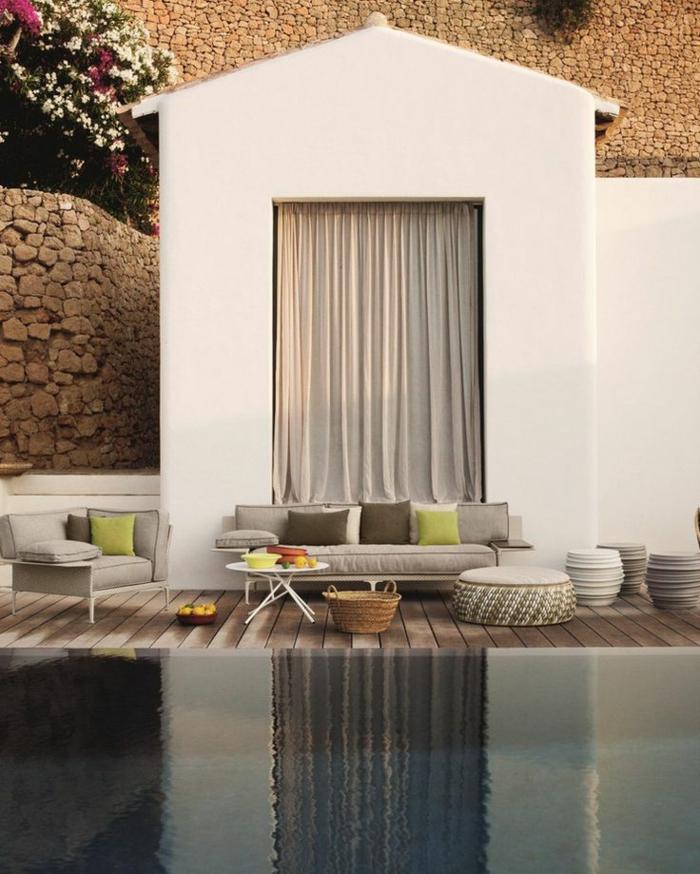 salon de jardin en couleurs claires et entourage de piscine en bois naturel pour une ambiance reposante