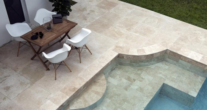 entourage de piscine en travertin, design épuré et sophistiqué