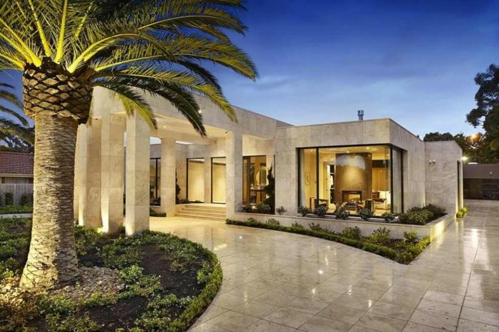 plan maison plain pied, colonnes massives d'extérieur, grand jardin
