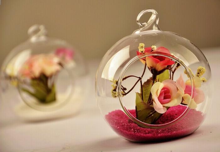 terrarium plante, sable rose, boule en verre à suspendre, terrarium bocal