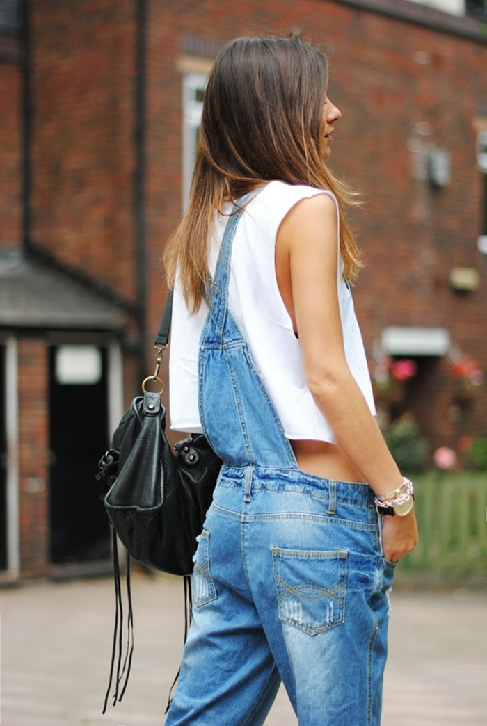 salopette en jean, sac à main en cuir noir, montre en or, crop top blanc