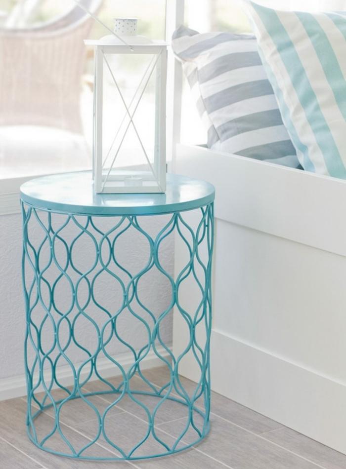 poubelle transformée en table de nuit repeinte en bleu, lit blanc, oreillers à rayures, décorer sa chambre, diy facile et rapide