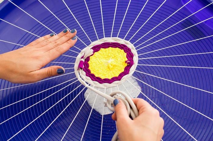 fabriquer un pouf, étape à suivre, tissu violette, manucure bleu, filet blanc