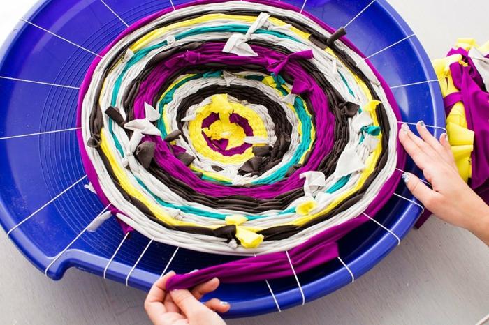 fabriquer un pouf, image comment faire, tissu multicolore, filet blanc