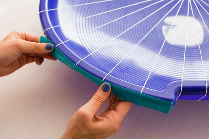 fabriquer un pouf, filet blanc, vaisselle en plastique violette, table blanche