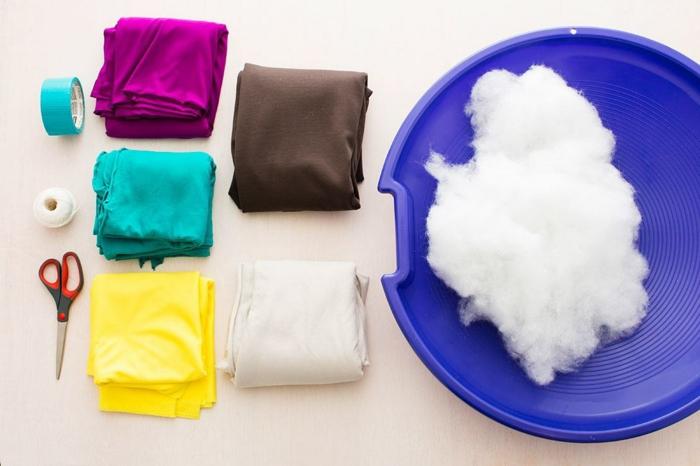 fabriquer un pouf, tissus multicolore, coton, paire de ciseaux, fil blanc