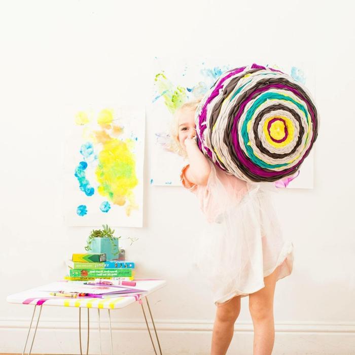 fabriquer un pouf, robe écru, fille blonde, table basse, peinture murale