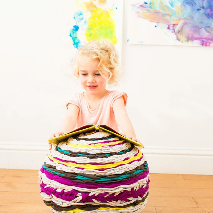 tuto pouf, peinture murale, fille blonde, parquet en bois, murs blancs
