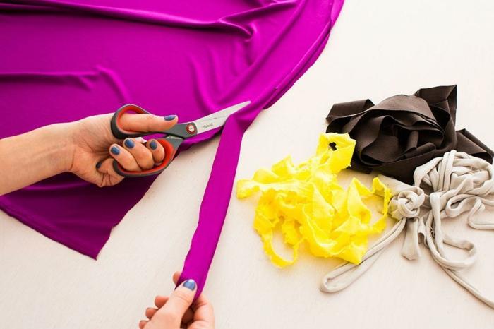 fabriquer un pouf, paire de ciseaux, tissu violette, bandeaux jaunes