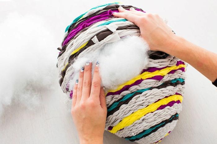 fabriquer un pouf, coton, manucure blanc et bleu, bandeau violette, bandeau jaune