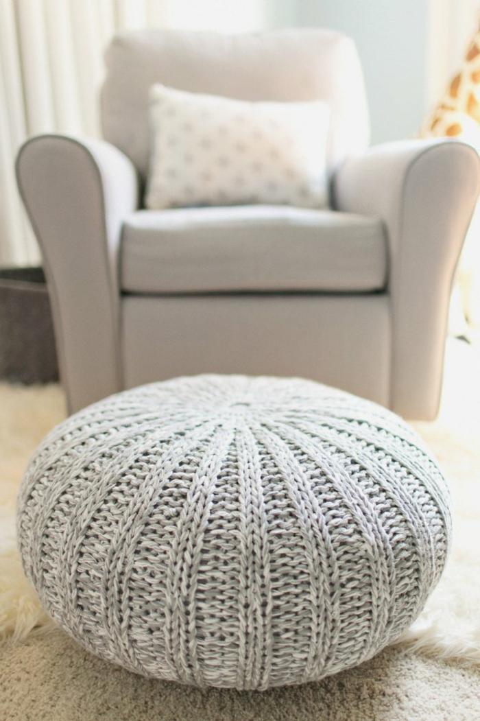 fabriquer un pouf, fauteuil beige, pouf en crochet, tapis moelleux
