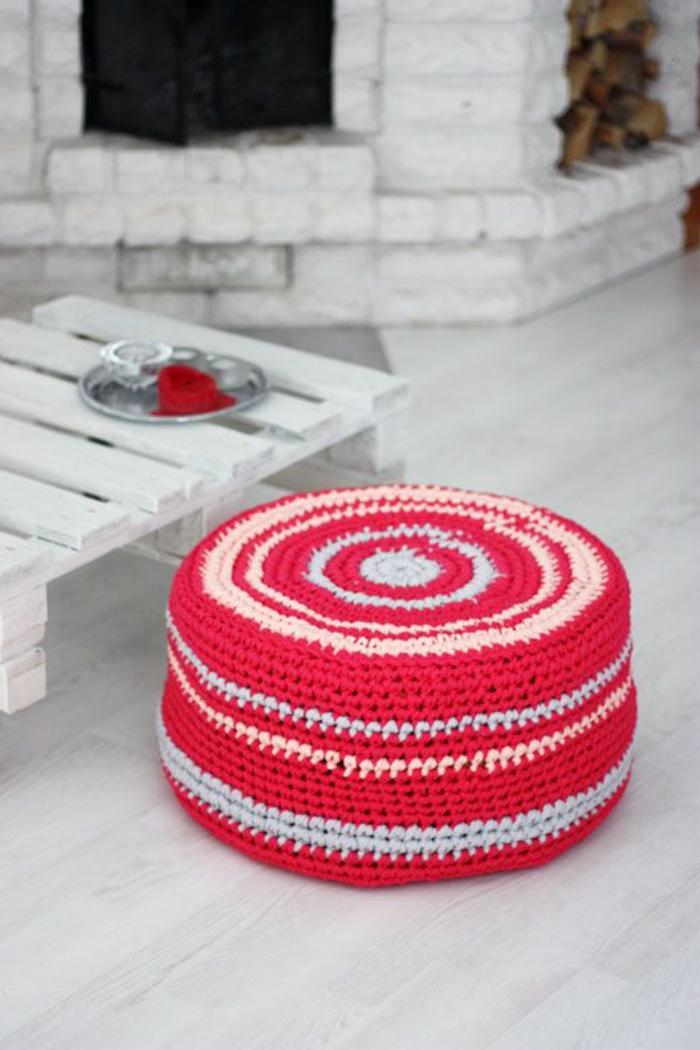 tuto pouf, table basse en palette, parquet blanc, cheminée, pouf rouge