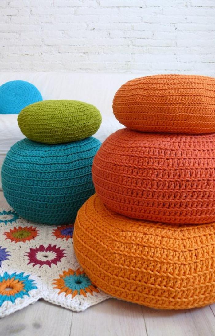 fabriquer un pouf, décoration en crochet, tapis blanc avec fleurs multicolore