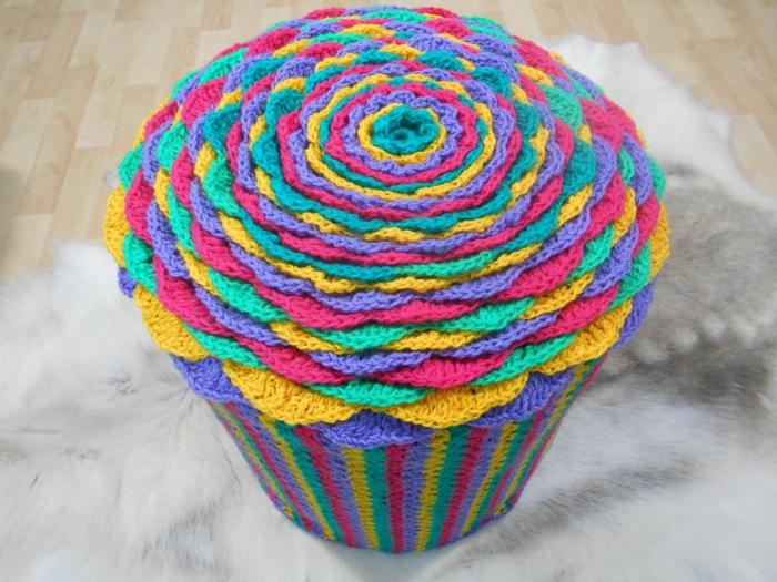 fabriquer un pouf, cupcake multicolore, pouf pour enfant, tapis moelleux