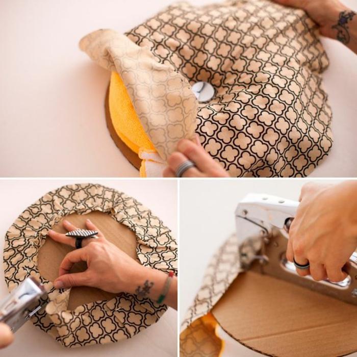fabriquer un pouf, bague noir et blanc, serviette jaune, cercle en carton, tissu beige