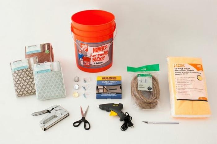 fabriquer un pouf, matériaux nécessaires, seau rouge, paire de ciseaux, corde, pistolet à colle forte