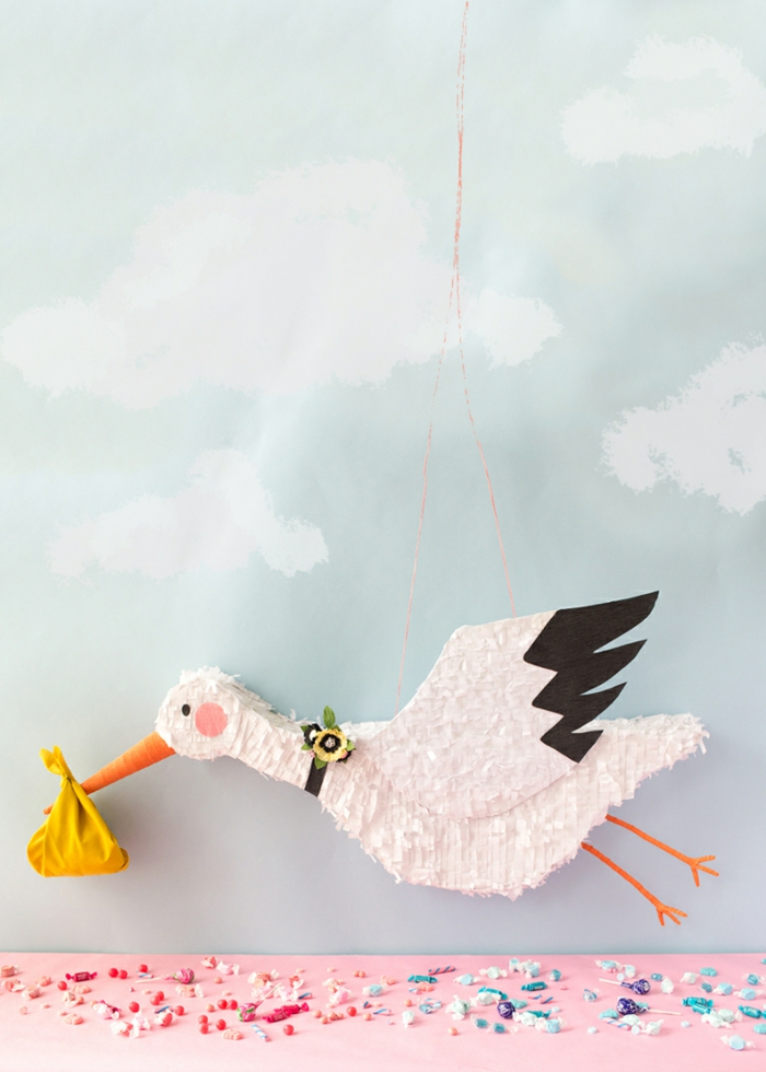 projet diy pour réaliser une pinata en forme de cigogne, idée de décoration baby shower insolite