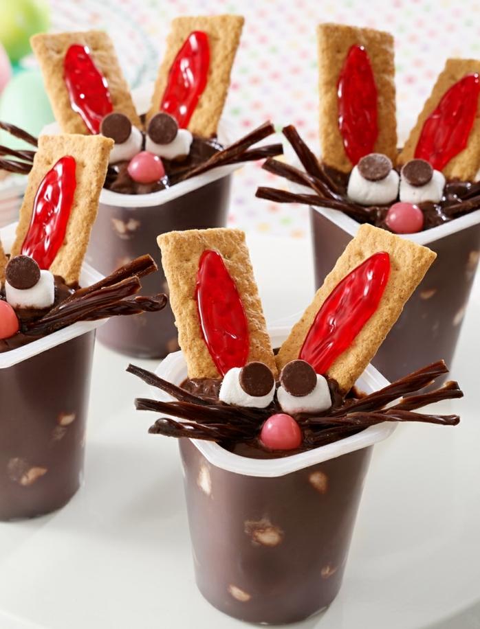 puddins dessert dans un gobelet en plastique, une tête de lapin de paques, oreilles de biscuits, repas de paques