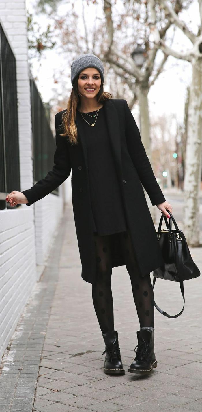 tenue avec bottines, robe noire, collant à pois, manteau long noir, sac à main en cuir