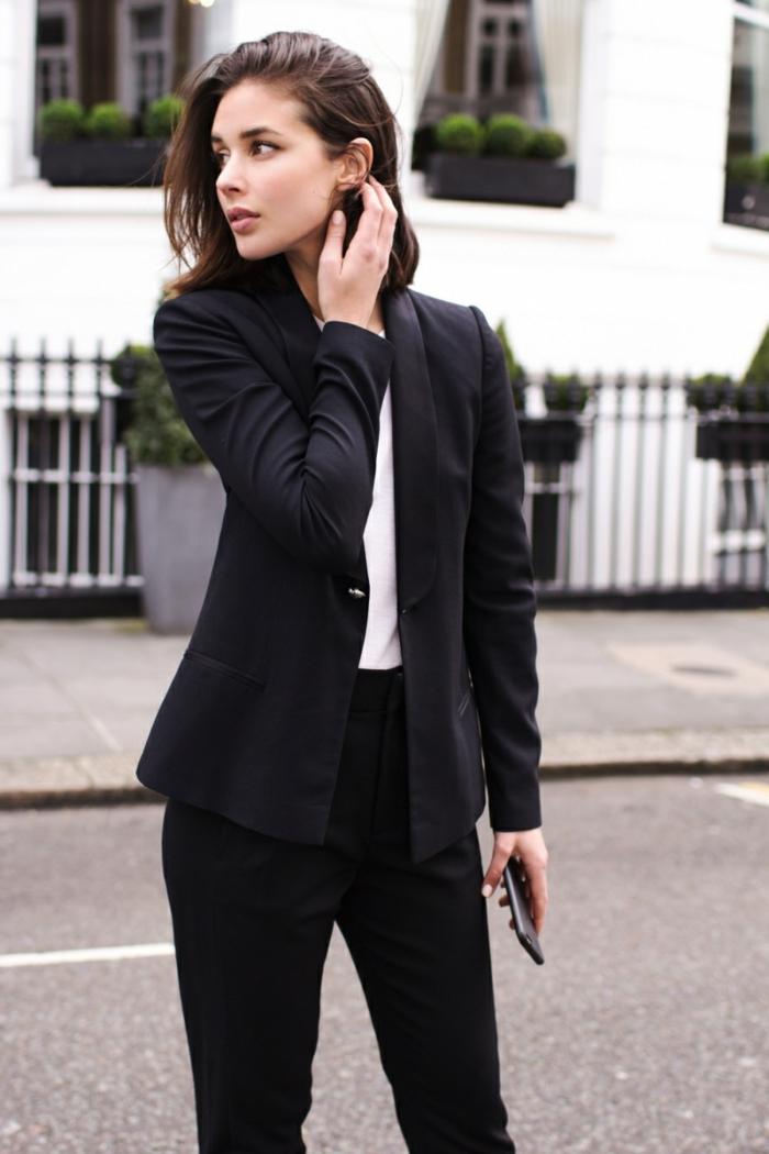 s habiller en noir, blazer noir, pantalon noir, chemise blanche, coupe carré