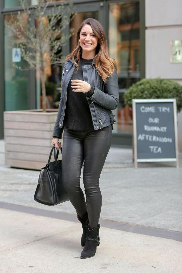 tenue avec bottines, blouse noire, veste en cuir, pantalon en cuir, cheveux balayage