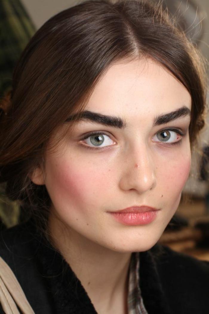 maquillage léger effet bonne mine, des pommettes légèrement rosées
