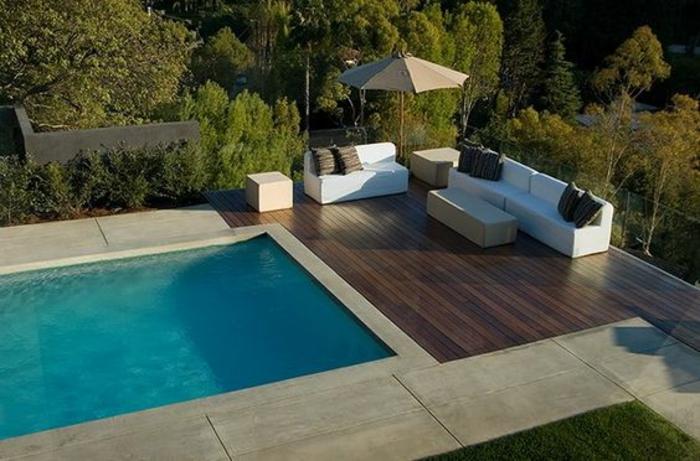 terrasse de piscine en bois et contour piscine en pierre reconstituée, plage de piscine bi-matériel