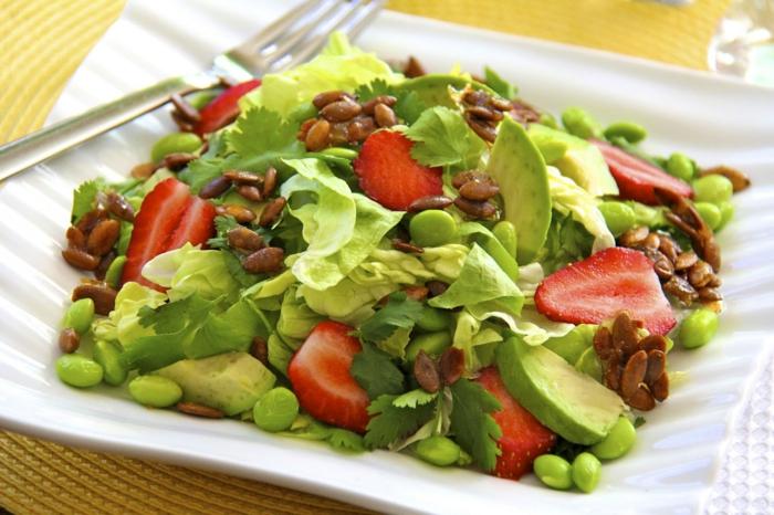 Les salades composées – cool idée comment préparer - les fraises se combinent bien avec tout