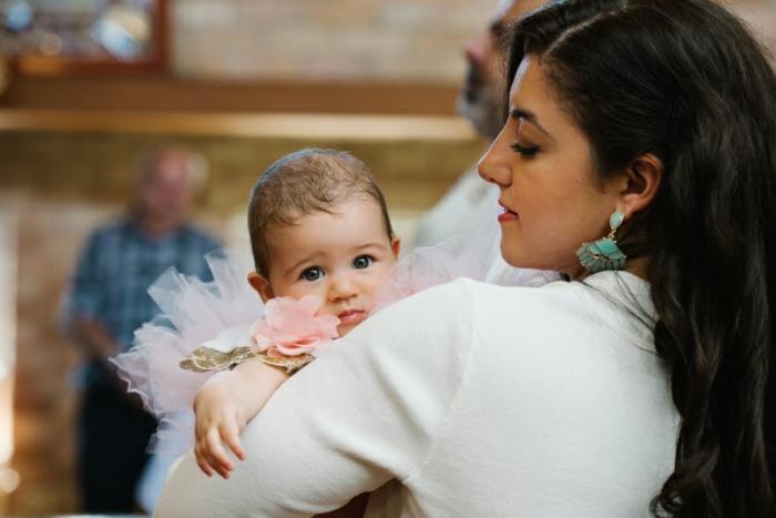 tenue de cérémonie femme, blouse blanche, boucles d'oreille turquoise, jupe en tulle