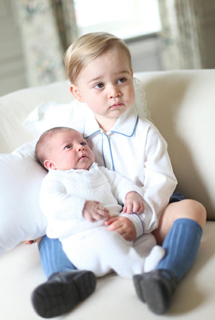 tenue blanche homme, frères, chemise blanche, chaussons bleus, quelle tenue pour un baptême